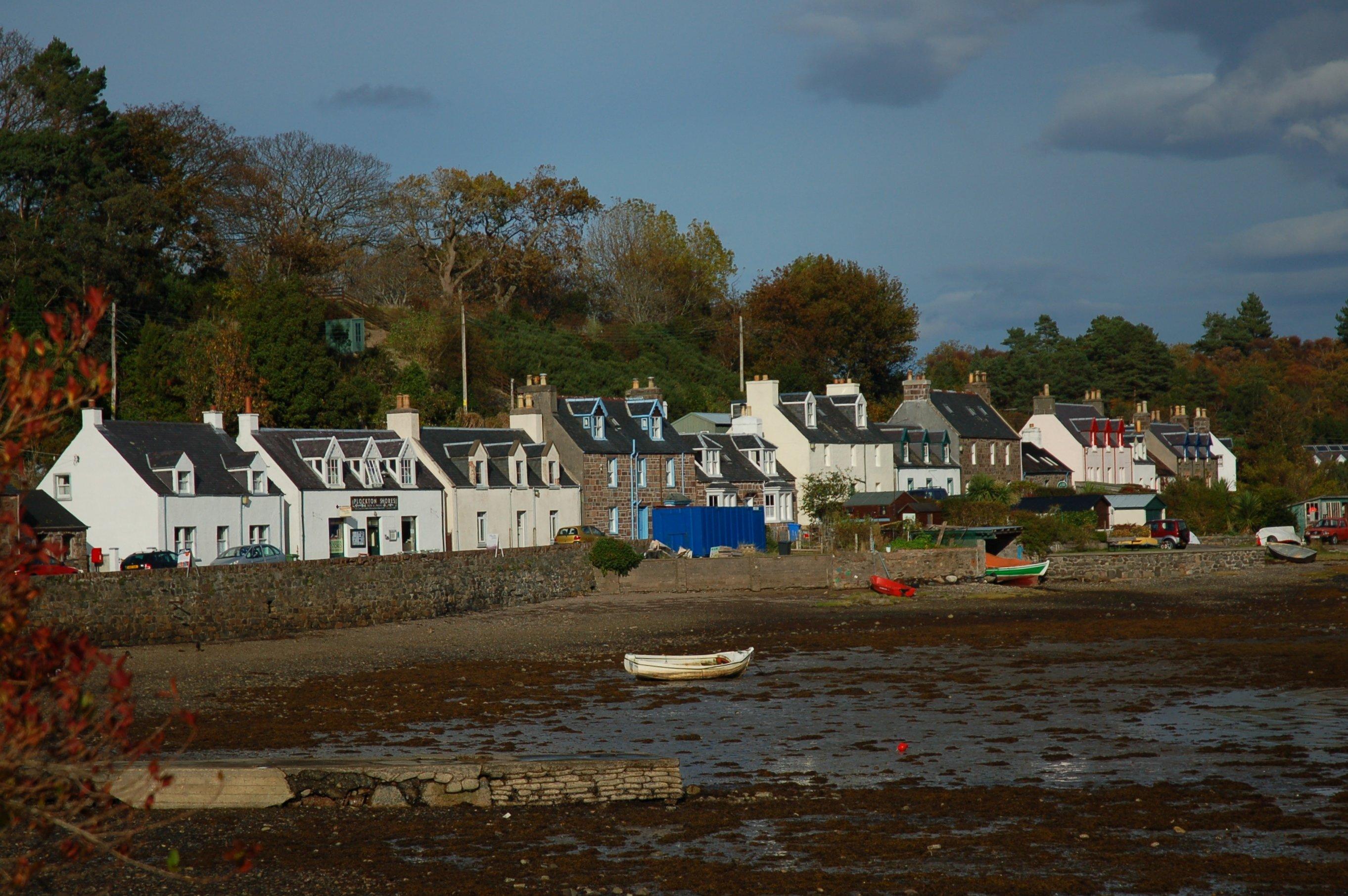 A photo of the shorefront at Plockton