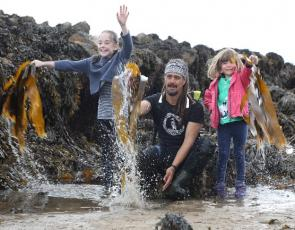 Seaweed forager Jayson Byles shows local children his craft in Fife's East Neuk. Photo courtesy Gerardo Jaconelli